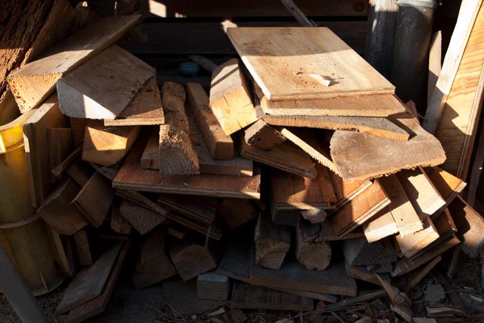 軒先きの薪