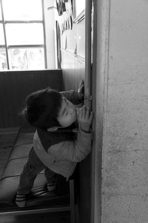 伝声管で遊ぶ子ども